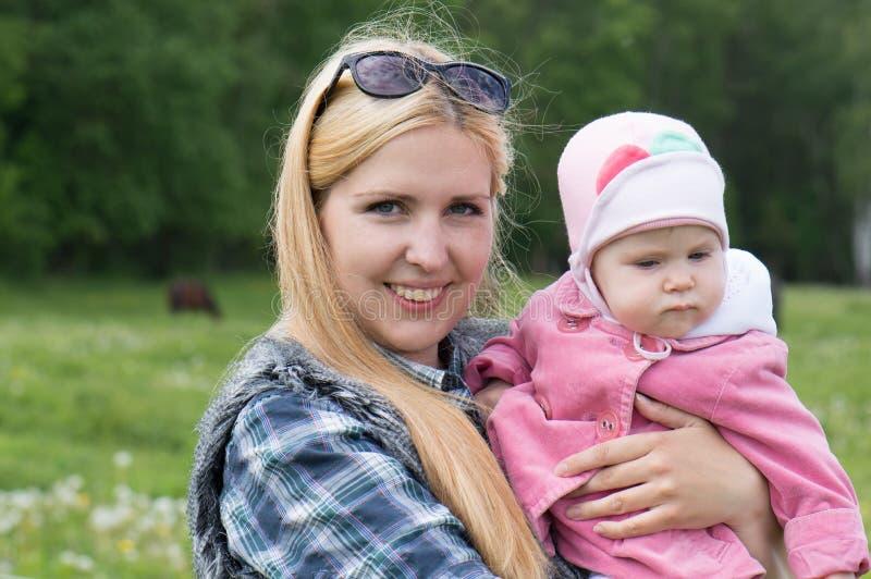 Mãe com uma criança no país imagem de stock royalty free