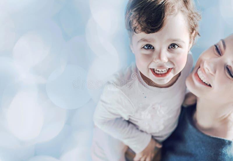 Mãe consideravelmente nova que leva sua filha bonito imagens de stock royalty free