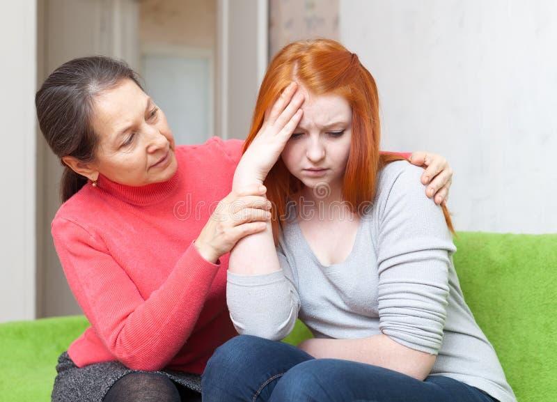 A mãe dá a consolação à filha de grito fotos de stock royalty free