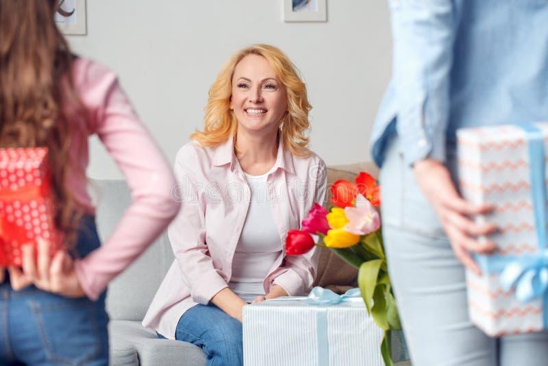 Mãe da avó e da filha menina e mulher da celebração junto em casa que fazem o close-up da surpresa para trás imagens de stock