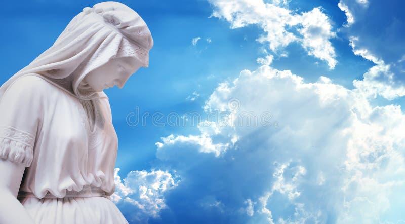 Mãe da estátua de Jesus Christ contra o céu azul fotos de stock