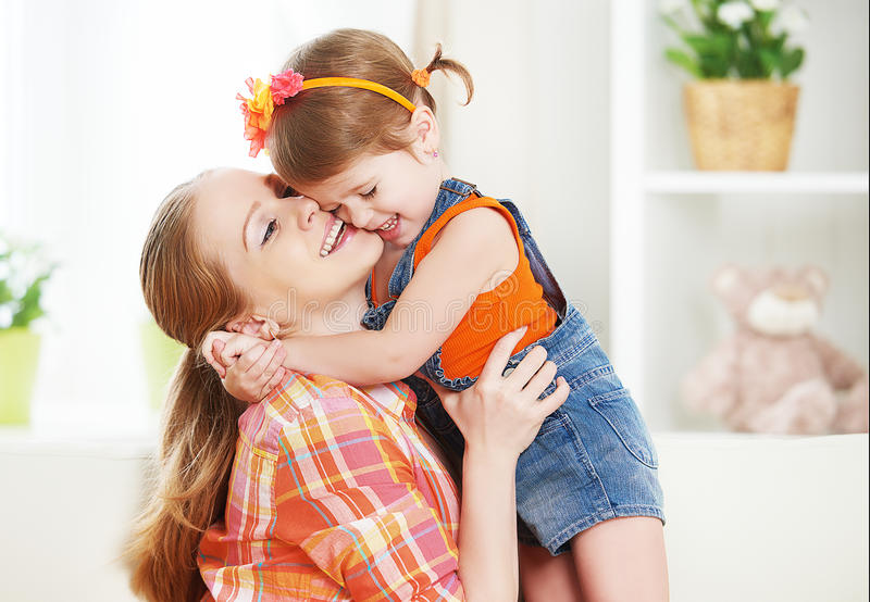 Mãe da família e filha felizes da menina da criança jogando o riso foto de stock royalty free