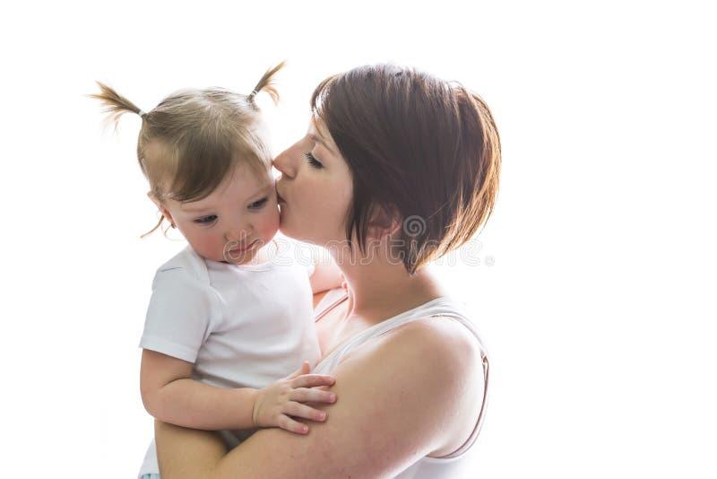 Mãe da família que joga com bebê da criança imagem de stock