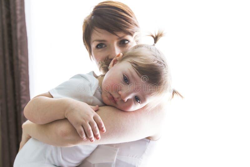 Mãe da família que joga com bebê da criança fotos de stock