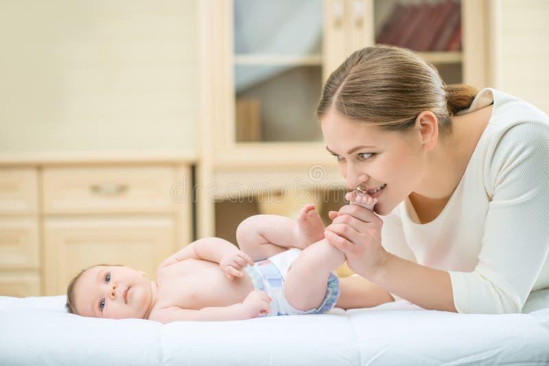 Mãe de cuidados loving que joga com seu infante fotos de stock royalty free