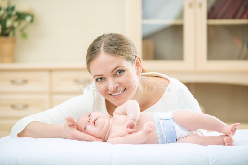 Mãe de cuidados loving que joga com seu infante fotografia de stock royalty free