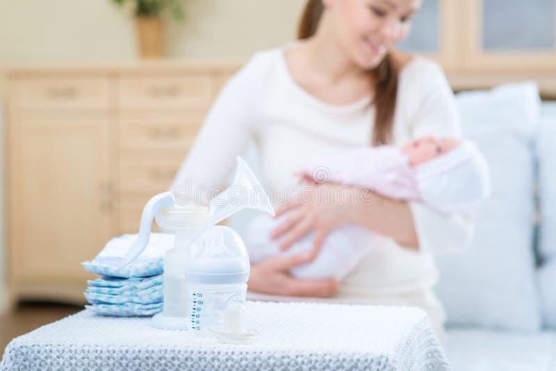 Mãe de cuidados que alimenta seu infante fotos de stock