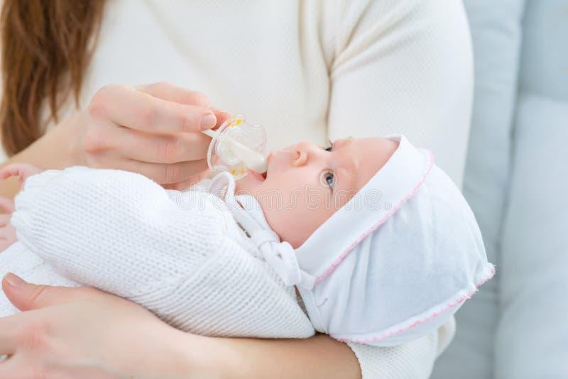 Mãe de cuidados que guarda sua criança pequena imagens de stock royalty free