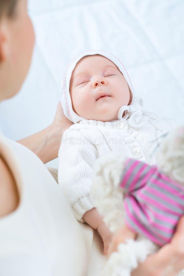 Mãe de cuidados que guarda sua criança pequena imagem de stock royalty free