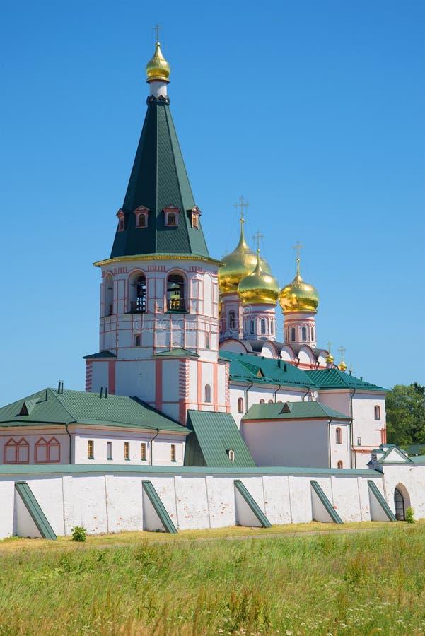A mãe de Iversky Svyatoozersky da torre de sino do close up do monastério do deus, dia de julho Valday, Rússia fotos de stock royalty free