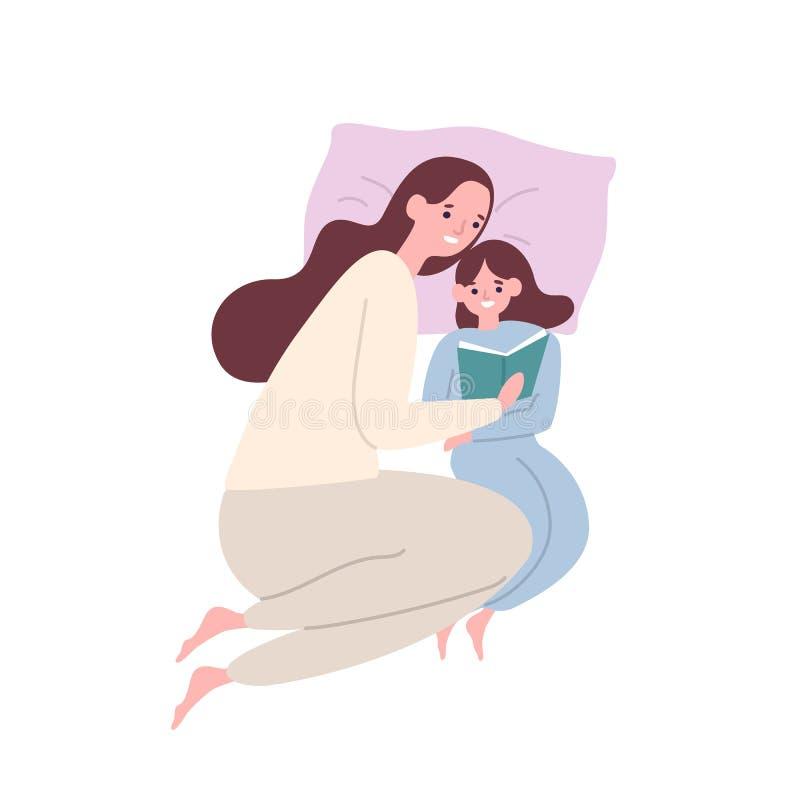 Mãe de sorriso bonito e filha nos pyjamas que encontram-se na cama e o livro ou o conto de fadas de leitura Mamã e criança adoráv ilustração royalty free