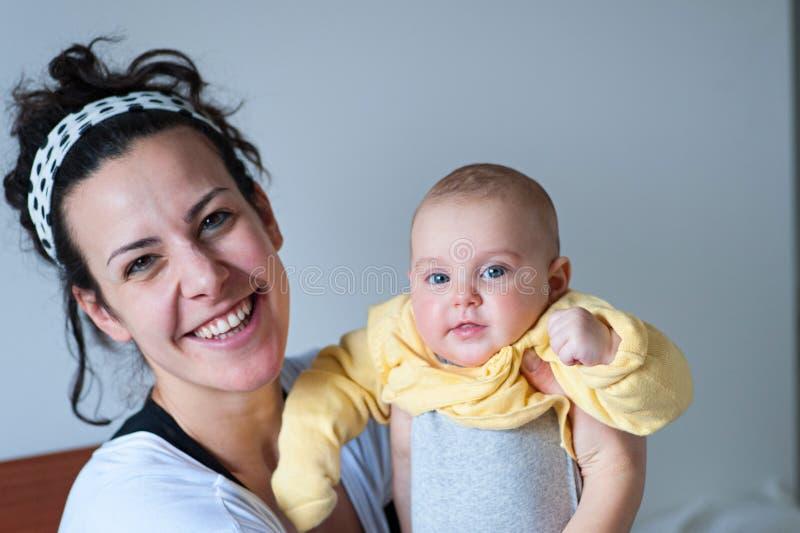 Mãe de sorriso com bebê fotos de stock royalty free