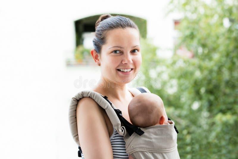 Mãe de sorriso com seu bebê fotos de stock royalty free