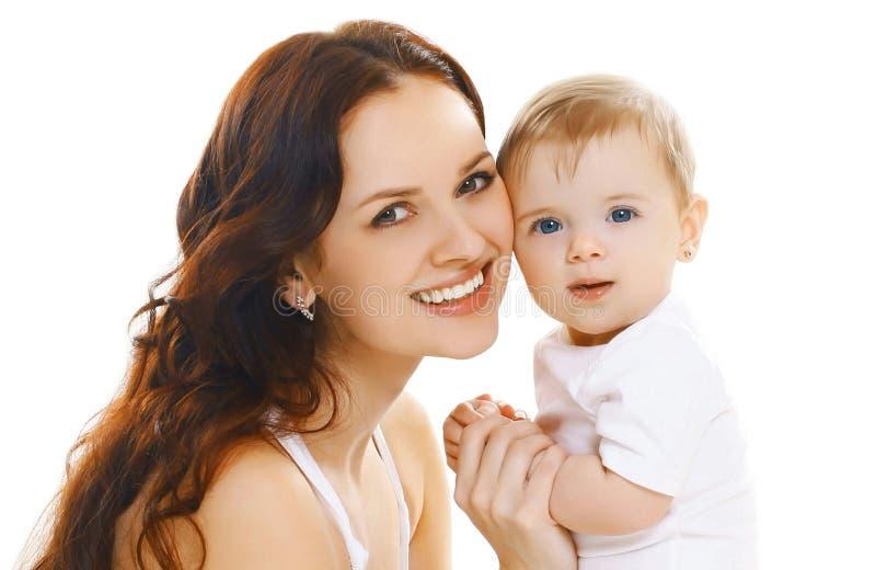 Mãe de sorriso feliz do close-up do retrato que mantém seu bebê isolado no branco fotografia de stock royalty free