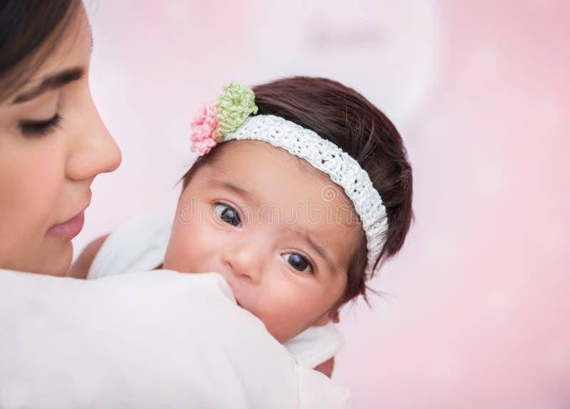 Mãe delicada com filha pequena fotos de stock