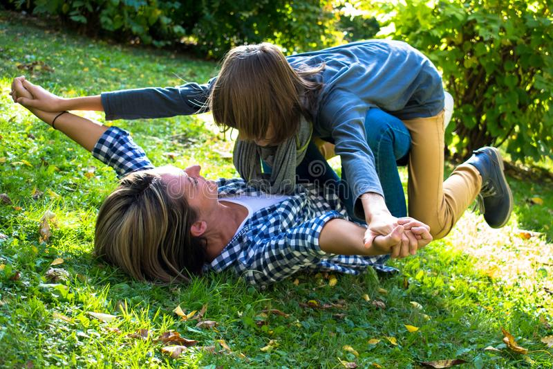 Mãe despreocupada que joga com seu filho adolescente na natureza fotos de stock