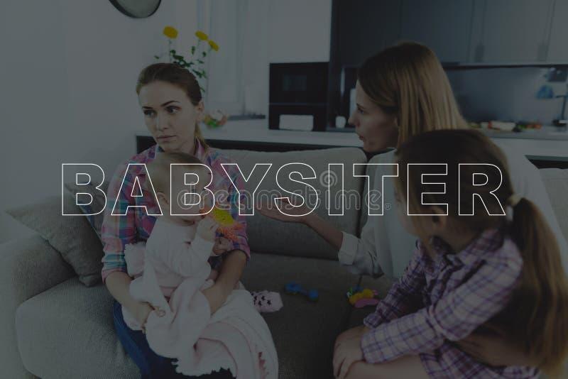 A mãe discute uma baby-sitter em casa fotografia de stock