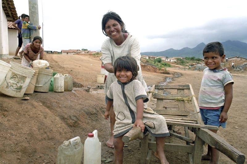 A mãe do Latino, crianças busca a água, carrinho de mão imagens de stock