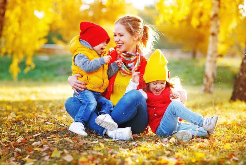 A mãe e as crianças felizes da família no outono andam fotografia de stock