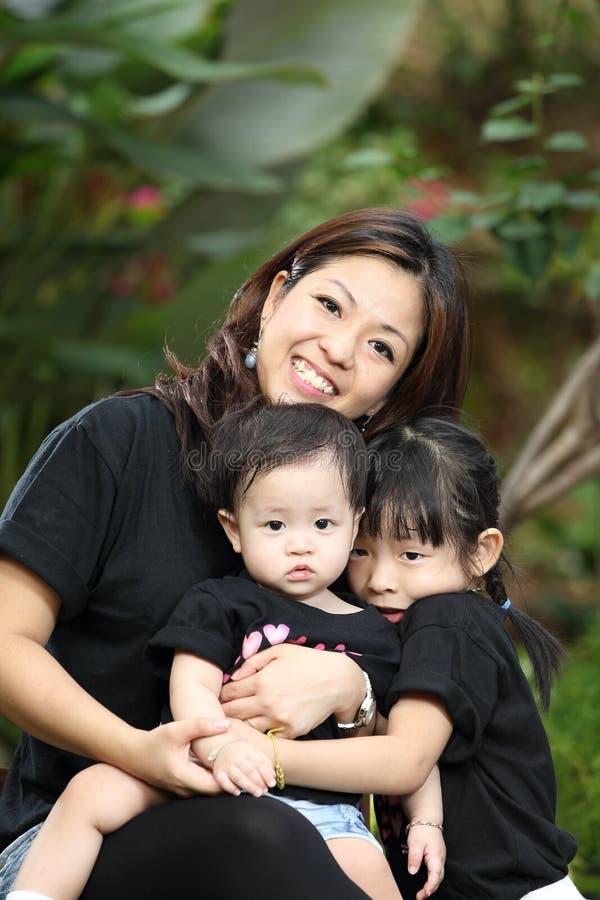 Mãe e bebê alegres junto foto de stock