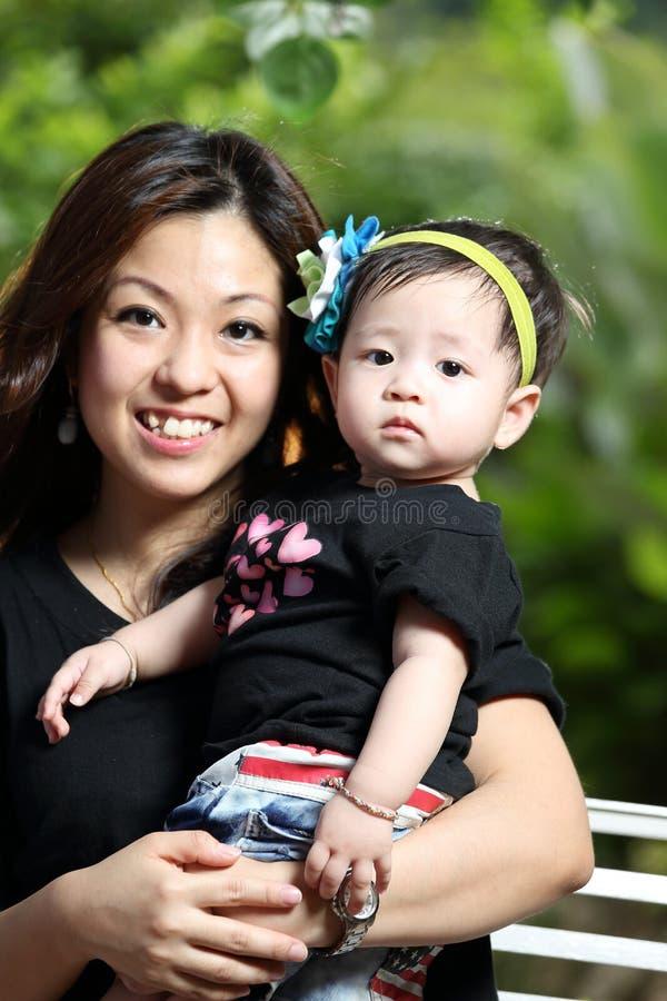 Mãe e bebê alegres junto fotografia de stock royalty free
