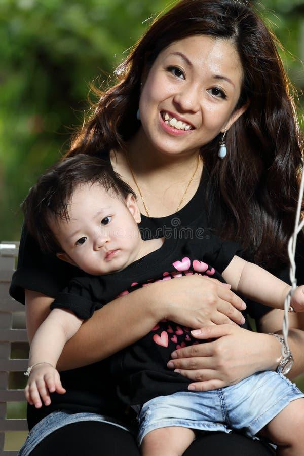 Mãe e bebê alegres junto fotos de stock