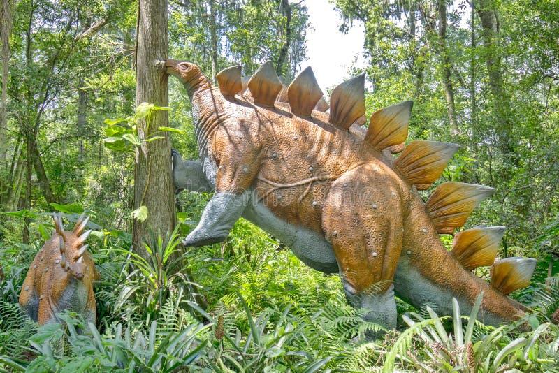 Mãe e bebê do Stegosaurus imagem de stock