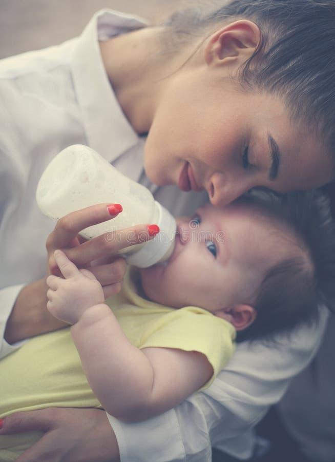 Mãe e bebê em casa fotografia de stock