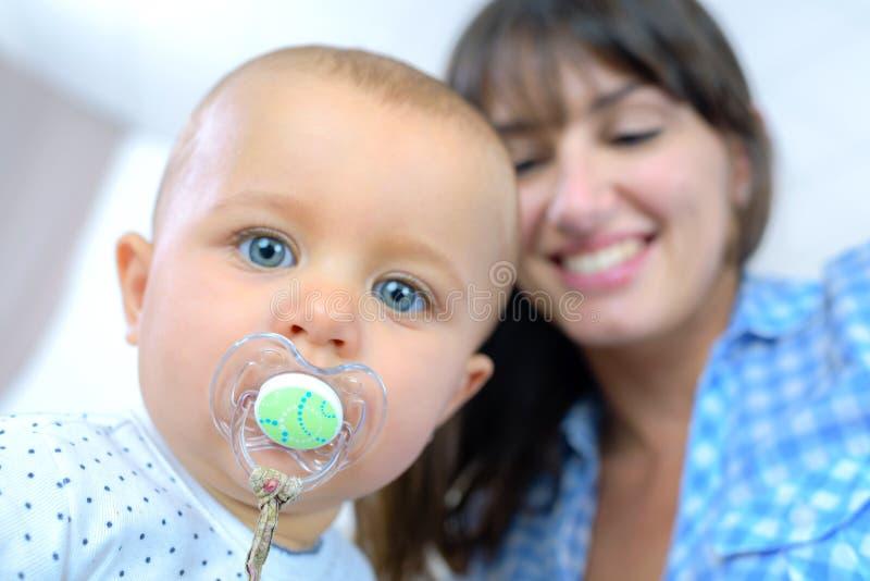 Mãe e bebê felizes do retrato fotografia de stock