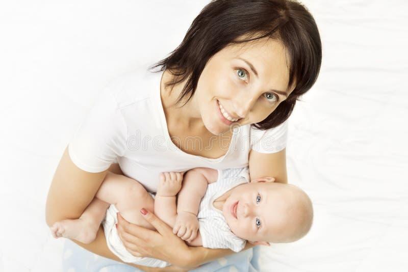 Mãe e bebê, mamã que guarda a criança recém-nascida nas mãos, criança infantil imagens de stock