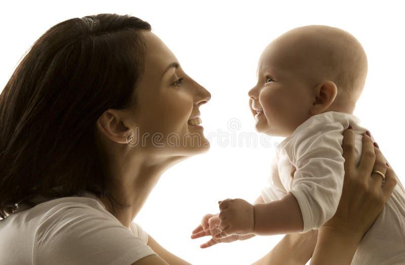 Mãe e bebê, mamã que olha à criança recém-nascida cara a cara foto de stock royalty free