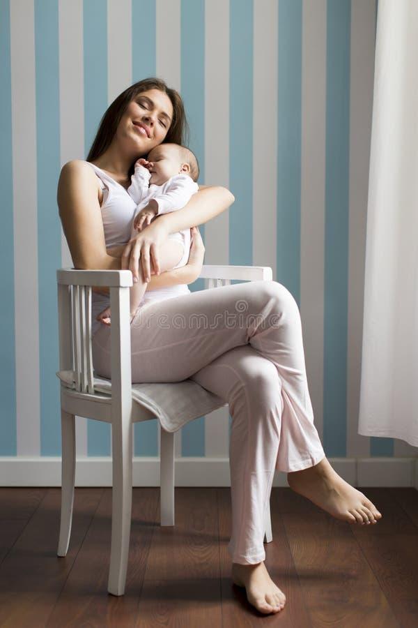 Mãe e bebê na sala imagens de stock