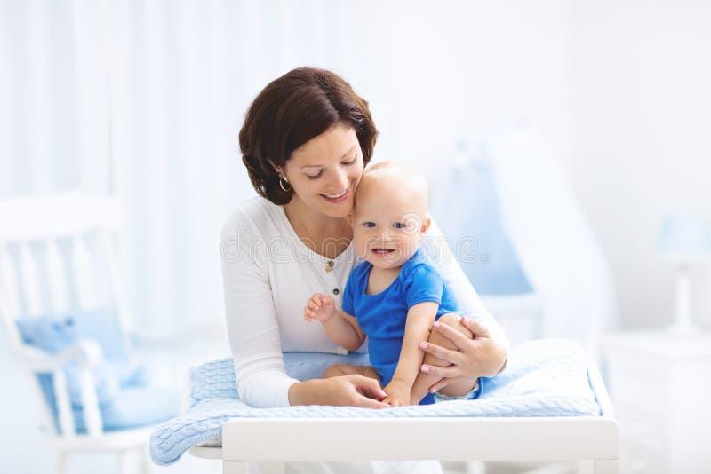 Mãe e bebê na tabela em mudança foto de stock