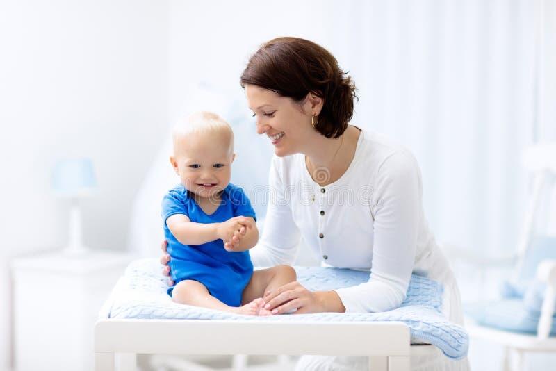 Mãe e bebê na tabela em mudança foto de stock royalty free