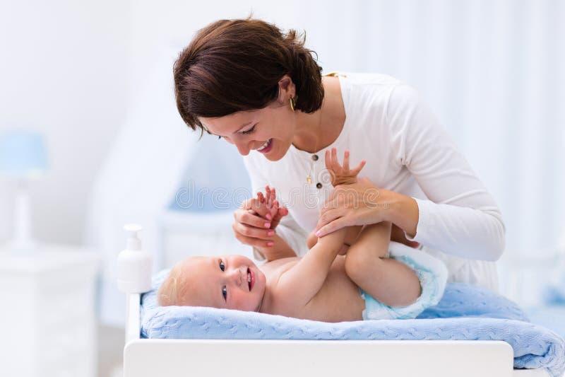 Mãe e bebê na tabela em mudança imagem de stock royalty free