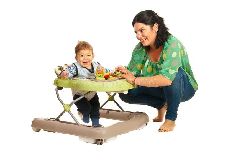 Mãe e bebê no caminhante foto de stock