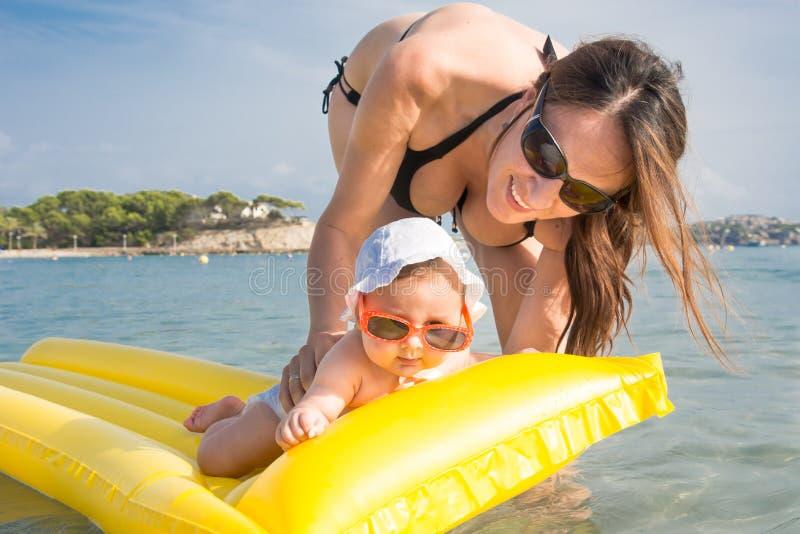 Mãe e bebê no mar fotos de stock