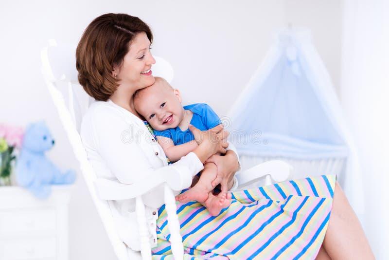 Mãe e bebê no quarto branco imagem de stock