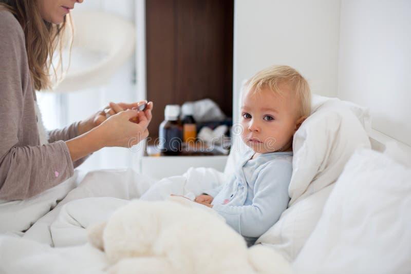 Mãe e bebê nos pijamas, cedo na manhã, mamã que toma o carro imagem de stock royalty free