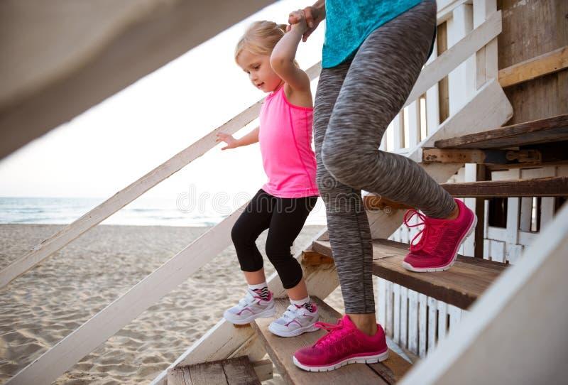 Mãe e bebê que andam abaixo das escadas fotografia de stock royalty free