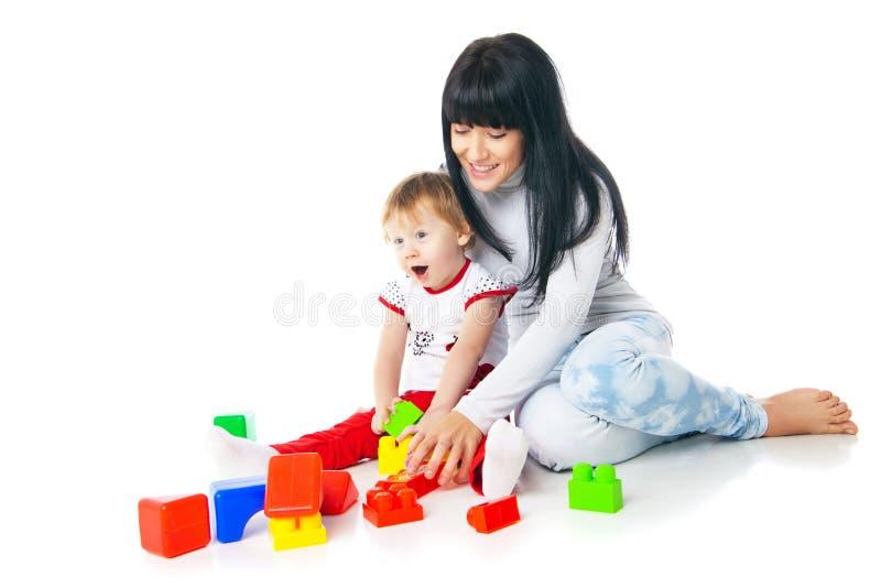 Mãe e bebê que jogam com brinquedo dos blocos de apartamentos foto de stock