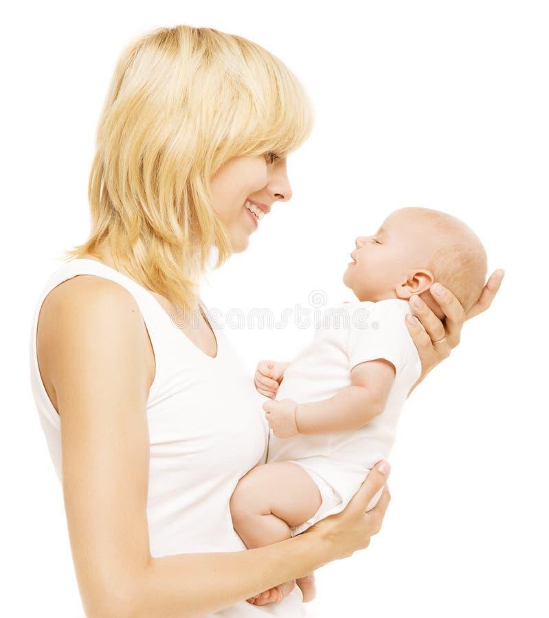 Mãe e bebê que olham cara a cara, mamã que guarda a criança recém-nascida imagem de stock royalty free