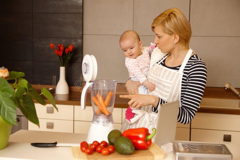 Mãe e bebê que preparam o alimento foto de stock royalty free