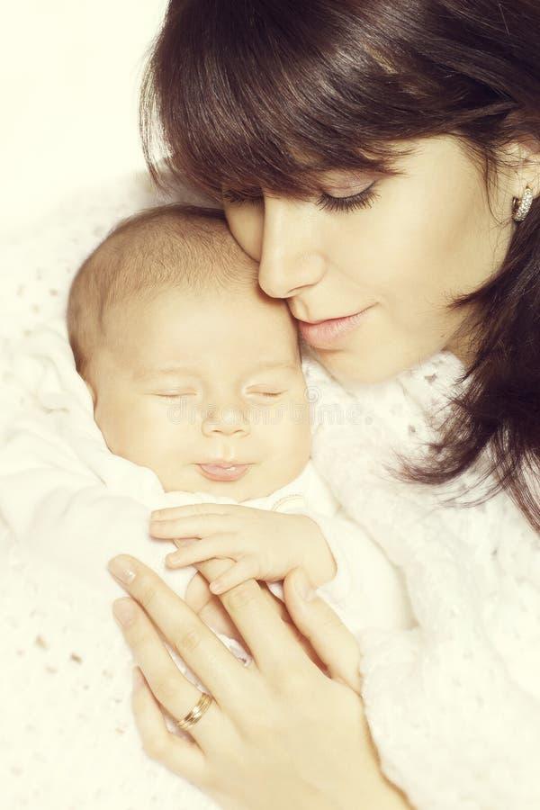 Mãe e bebê recém-nascido de sono, sono recém-nascido feliz da criança imagem de stock