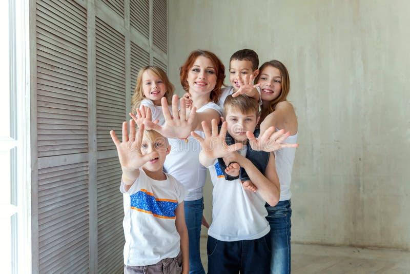 Mãe e cinco crianças próximo em casa imagens de stock