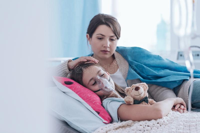 Mãe e criança com fibrose cística imagem de stock