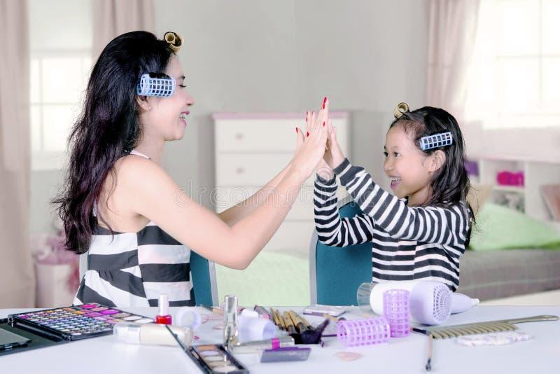 Mãe e criança com o cosmético no quarto fotos de stock royalty free