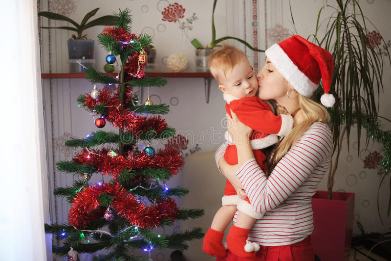 A mãe e a criança comemoram o Natal foto de stock