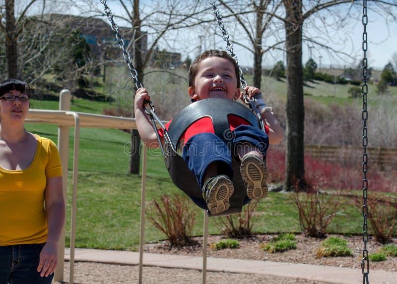 Mãe e criança em um balanço foto de stock royalty free