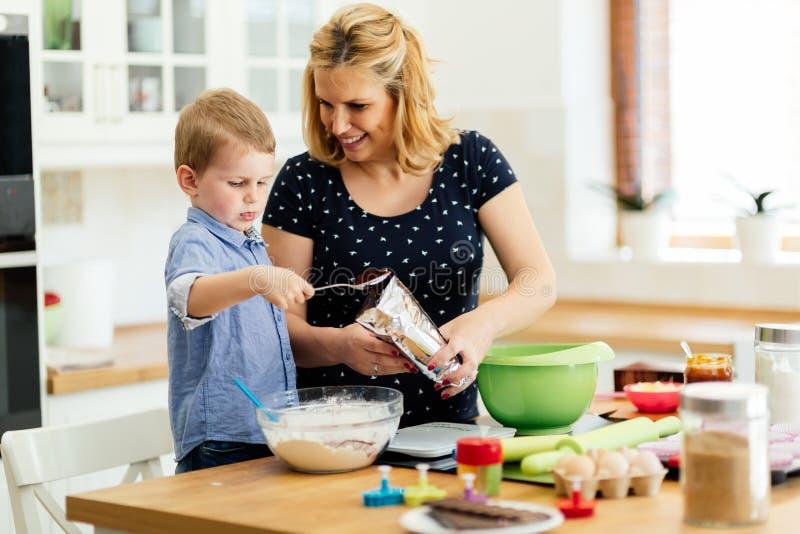 Mãe e criança felizes na cozinha imagens de stock